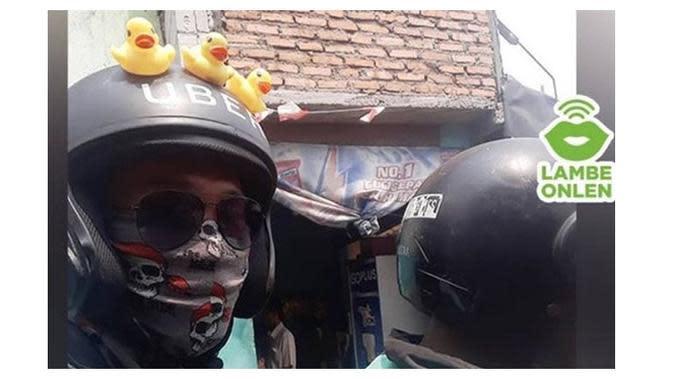 Momen Apes saat Pakai Helm Ojek Online (Sumber: Twitter/@lambeonlen)
