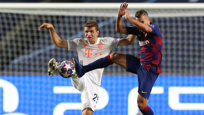 Penyerang Bayern Munchen, Thomas Mueller, berebut bola dengan bek Barcelona, Jordi Alba, pada pada perempat final Liga Champions 2019/2020 di Estadio Da Luz, Sabtu (15/8/2020) dini hari WIB. Bayern Munchen menang telak 8-2 atas Barcelona. (AFP/Rafael Marchante/pool)
