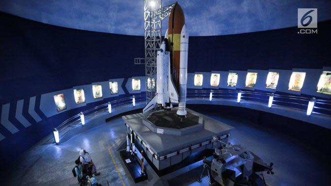 Anak-anak Panti Asuhan Rumah Amalia melihat replika roket saat mengikuti wisata edukasi di wahana Skyworld TMII, Jakarta, Minggu (25/8/2019). Kegiatan tersebut untuk mengenalkan dunia antariksa sejak dini kepada anak-anak. (Liputan6.com/Faizal Fanani)