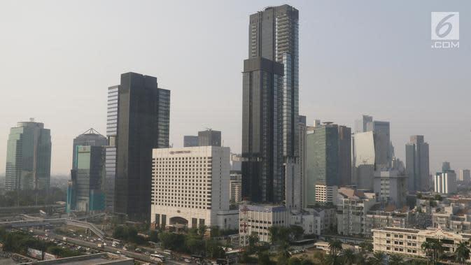 Suasana gedung-gedung bertingkat yang diselimuti asap polusi di Jakarta, Selasa (30/7/2019). Badan Anggaran (Banggar) DPR bersama dengan pemerintah menyetujui target pertumbuhan ekonomi Indonesia berada di kisaran angka 5,2% pada 2019 atau melesat dari target awal 5,3%. (Liputan6.com/Angga Yuniar)