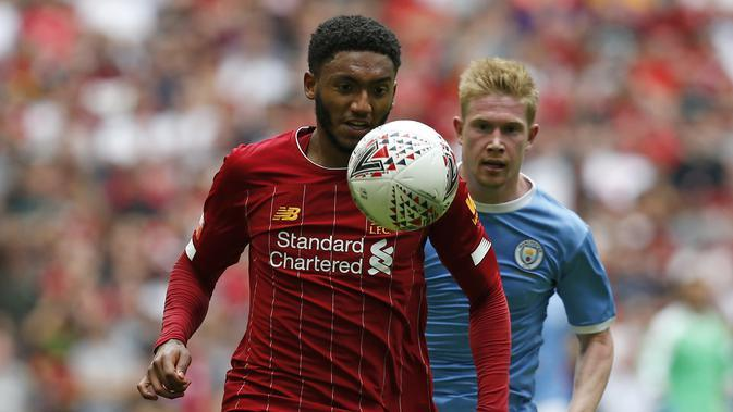 Bek Liverpool, Joe Gomez, berebut bola dengan gelandang Manchester City, Kevin De Bruyne, pada laga Community Shield di Stadion Wembley, London, Minggu (4/8). City menang 1-1 (5-4) atas Liverpool. (AFP/Ian Kington)