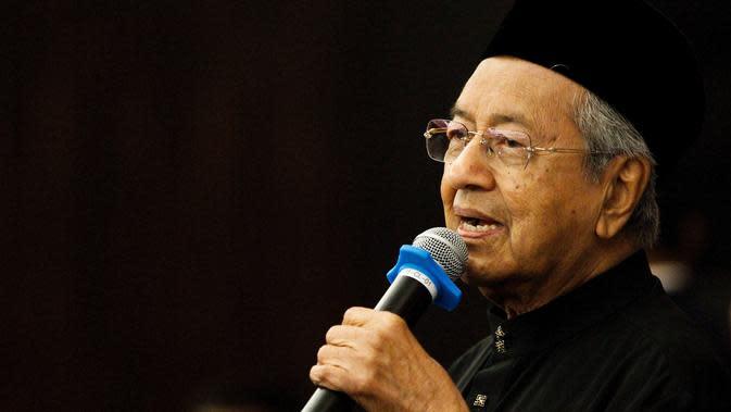 Perdana Menteri Malaysia baru, Mahathir Mohamad memberi keterangan saat konferensi pers di Petaling Jaya, Malaysia (10/8). Di usia 92 tahun, pemimpin koalisi oposisi Pakatan Harapan itu menjadi pemimpin terpilih tertua di dunia. (AP Photo / Sadiq Asyraf)