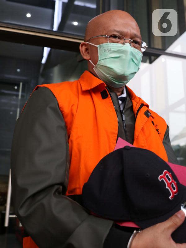 Direktur PT Humpuss Transportasi Kimia (HTK) Taufik Agustono usai dihadirkan dalam rilis penahanan tersangka suap kerjasama pengangkutan bidang pelayaran di Gedung KPK, Jakarta, Jumat (26/6/2020). Taufik Agustono akan menjalani penahanan di Rutan KPK C1. (Liputan6.com/Helmi Fithriansyah)