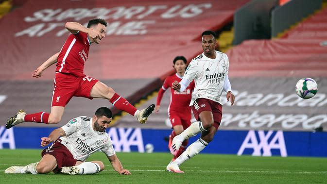 Penyerang Liverpool, Diogo Jota, melepaskan tendangan ke arah gawang Arsenal pada laga Piala Liga Inggris di Stadion Anfield, Jumat (2/10/2020) dini hari WIB. Arsenal menang 5-4 atas Liverpool lewat adu penalti. (AFP/Laurence Griffiths)