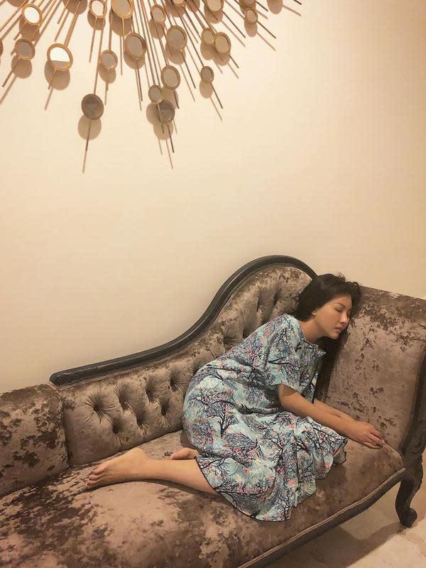 Sarwendah tidur di kursi (Instagram/ruben_onsu)