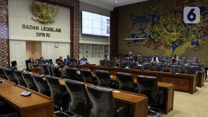 Suasana rapat kerja perwakilan pemerintah dengan Ketua Badan Legistasi (Baleg) DPR di Kompleks Parlemen Senayan, Jakarta, Selasa (20/5/2020). Raker ini membahas lebih lanjut rancangan undang-undang Cipta Kerja dengan Kementerian Koperasi dan Usaha Kecil dan Menengah. (Liputan6.com/Johan Tallo)