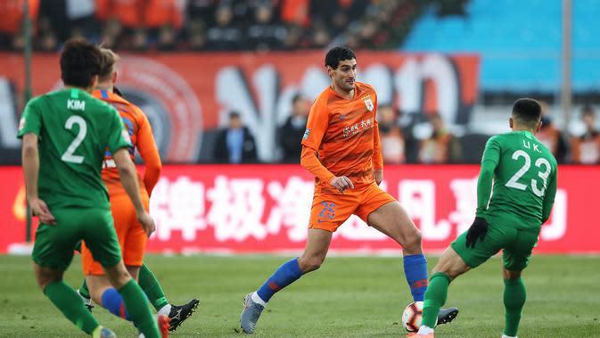 Mantan pemain Manchester United (MU), Marouane Fellaini (oranye) kini bermain untuk klub China, Shandong Luneng (AFP)