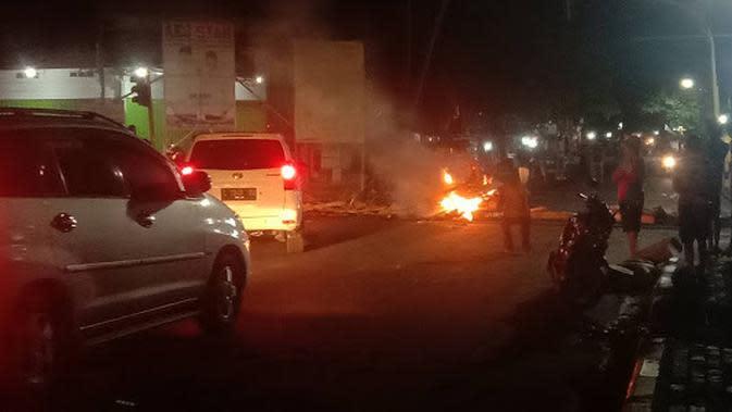 Dompu Mencekam, Massa Pendukung SUKA Blokir dan Bakar Kayu Blokade di Jalan