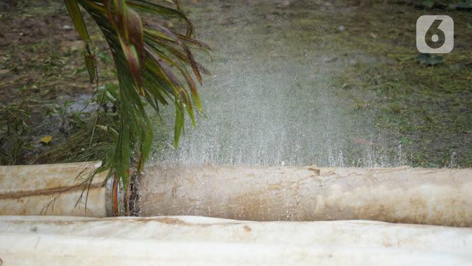 Selang penyedot air mengalami kebocoran saat digunakan untuk menyedot banjir yang menggenangi underpass Kemayoran, Jakarta, Senin (3/2/2020). Curah hujan tinggi menyebabkan banjir yang menggenangi kawasan tersebut lama surut sehingga menutup arus lalu lintas. (Liputan6.com/Immanuel Antonius)