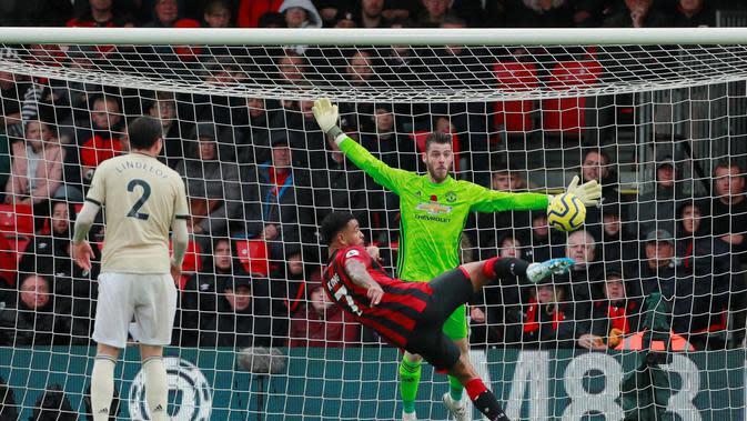 Striker Bournemouth, Joshua King, ketika menaklukkan kiper Manchester United, David De Gea di Vitality Stadium (Foto: Twitter Premier League)