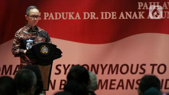 Wakil Menteri Luar Negeri Mahendra Siregar menyampaikan sambutan saat penyerahan penghargaan Anugerah Dr Ide Anak Agung Gde Agung kepada Wakil Presiden ke-10 dan ke-12 RI Jusuf Kalla di Kantor Kementerian Luar Negeri, Jakarta, Kamis (23/1/2020). (Liputan6.com/Faizal Fanani)