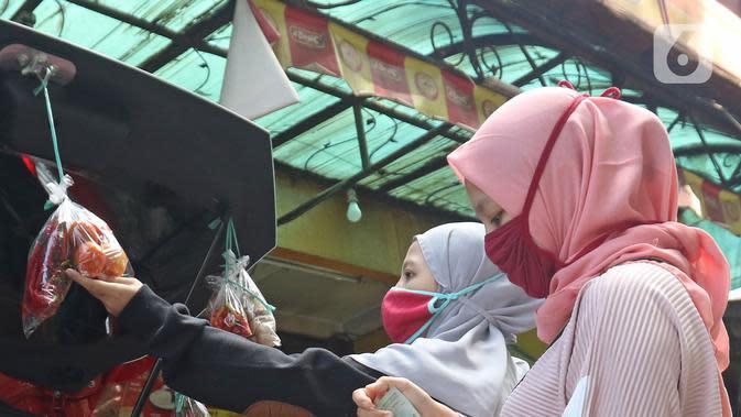 Dua wanita memilih sayuran di mobil milik Cynthia (28) mahasiswi perguruan tinggi swasta di Jalan Santosa, Depok, Jawa Barat, Kamis (21/5/2020). (Liputan6.com/Herman Zakharia)