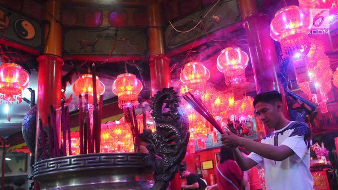 Warga keturunan Tionghoa bersembahyang pada malam Tahun Baru Imlek di Vihara Amurva Bhumi, Jakarta, Senin (04/2). Sembahyang menyambut Tahun Baru Imlek 2570 sebagai ungkapan syukur dari Tuhan. (Liputan6.com/Herman Zakharia)