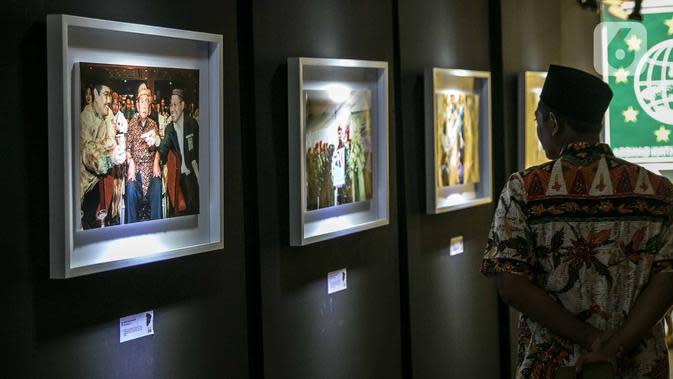 Pengunjung melihat-lihat foto pada pameran Satu Dekade Haul Presiden ke IV Republik Indonesia KH Abdurrahman Wahid atau Gus Dur di Kantor DPP PKB, Jakarta, Rabu (15/1/2020). Pameran sekaligus lomba foto ini diikuti oleh puluhan fotografer dari seluruh Indonesia. (Liputan6.com/Faizal Fanani)