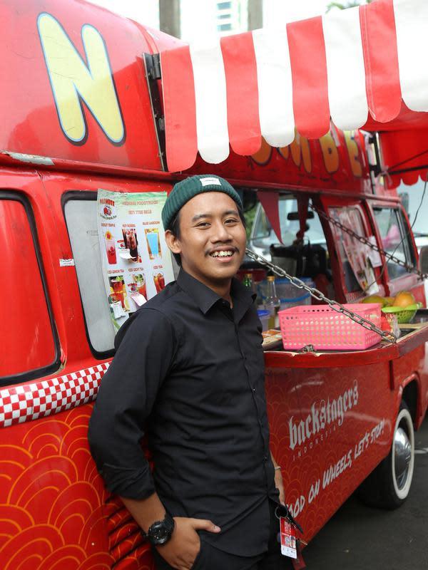 Anak laki-laki Joko Waluyo yang kini turut menjalankan bisnis fod truck sang ayah. (Fimela.com/Daniel Kampua)