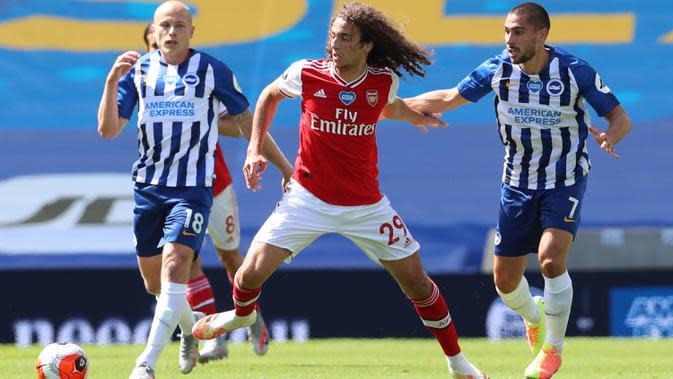 Gelandang Arsenal, Matteo Guendouzi berebut bola dengan striker Brighton & Hove Albion, Neal Maupay pada lanjutan pertandingan Liga Inggris di The American Express Community Stadium, Sabtu (20/6/2020). Sempat unggul, Arsenal tumbang 1-2 di tangan Brighton. (Gareth Fuller/ POOL / AFP)