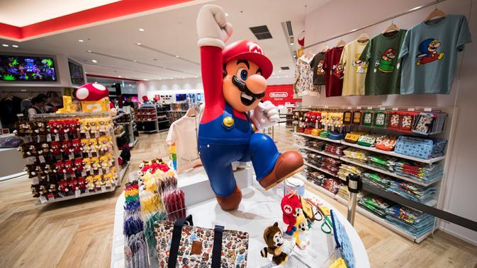 Barang-barang dari salah satu tokoh ikonik permainan Nintendo, Mario, ditampilkan selama pratinjau pers di toko baru Nintendo di Tokyo, 19 November 2019. Nintendo akan meresmikan toko pertamanya di ibu kota Jepang tersebut pada pekan ini. (Behrouz MEHRI/AFP)