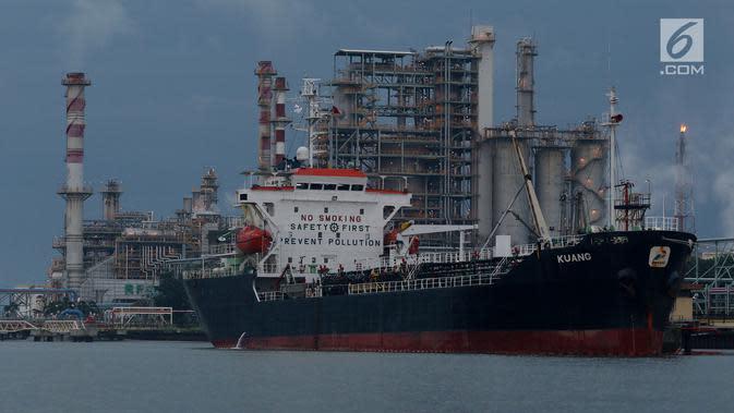 Kapal tanker bersandar di ereal kilang minyak Pertamina Refenery Unit IV Cilacap, Rabu (7/2). PT Pertamina melalui Refinery Unit (RU) IV Cilacap mengolah minyak bumi sebesar 348.000 BSD. (Liputan6.com/JohanTallo)