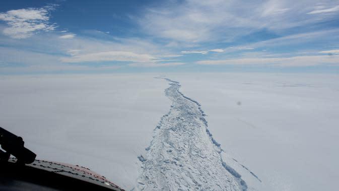 Salah satu gunung es terbesar di dunia yang pernah tercatat, lepas dari lapisan es Larsen C di Antartika (12/7/2017). (British Antarctic Survey via AP)