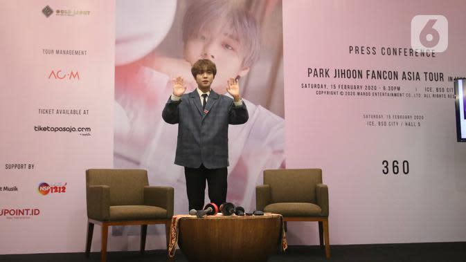 """Penyanyi idola K-pop, Park Jihoon berpose untuk awak media sebelum memulai konsernya di ICE BSD Hall 5, BSD, Tangerang Selatan, Sabtu (15/2/2020). Mantan anggota Wanna One itu menggelar acara jumpa penggemar sekaligus konser bertajuk """"Park Jihoon FanCon Asia Tour"""". (Liputan6.com/Angga Yuniar)"""