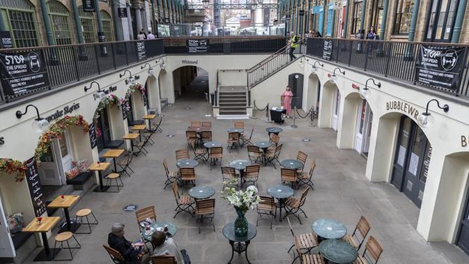 Orang-orang menikmati makanan di Covent Garden di London, Inggris, pada 21 September 2020. Menteri Kesehatan Matt Hancock pada Minggu (20/9) mengatakan Inggris mungkin akan menerapkan lebih banyak pembatasan untuk mengatasi penyebaran virus tersebut. (Xinhua/Han Yan)