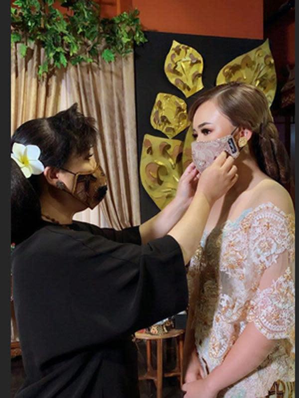 Anne Avantie sedang memasang masker untuk Amanda. Penampilan cantik Manda juga membuat warganet pangling. Banyak juga yang bertanya-tanya kebenaran pasangan tersebut apakah menikah. (Instagram/anneavantieheart)