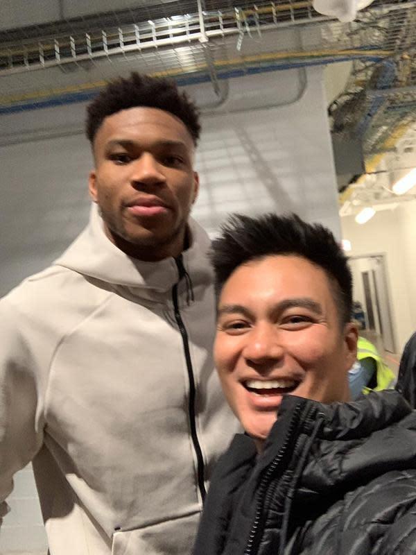 Biam tidak hanya senang bisa menyaksikan langsung tim pavoritnya dari dekat, tapi juga bisa berswafoto dengan salah satu pemain NBA, Giannis Antetokounmpo. (Foto: dok. Istimewa)