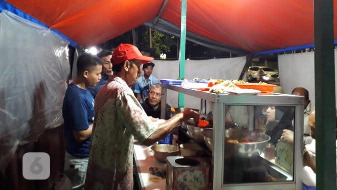 Suasana pembeli nasi uduk Bang Udin di Rawa Belong, Jakarta Barat (Liputan6.com/Komarudin)