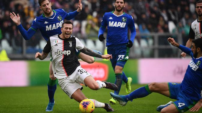 Gelandang Juventus, Federico Bernardeschi, terjatuh saat melawan Sassuolo pada laga Serie A Italia di Stadion Allianz, Turin, Minggu (1/12). Kedua klub bermain imbang 2-2. (AFP/Marco Bertorello)