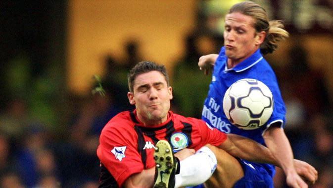 Hanya satu musim membela Barcelona, Emmanuel Petit kemudian hijrah ke Chelsea. The Blues kala itu menggelontorkan dana sebesar 10,35 juta poundsterling untuk mendapatkan gelandang asal Prancis tersebut. (AFP/Adrian Dennis)