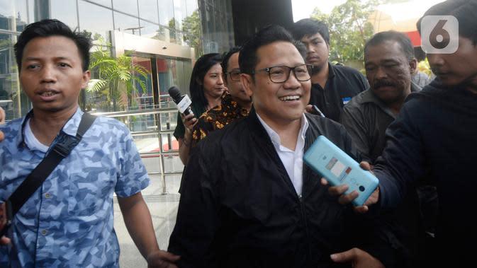 Wakil Ketua DPR RI Muhaimin Iskandar (kedua kiri) berjalan meninggalkan Gedung KPK usai pemeriksaan di Jakarta, Rabu (29/1/2020). Muhaimin yang akrab disapa Cak Imin dimintai keterangan untuk melengkapi berkas tersangka Komisaris PT Sharleen Raya JECO Group Hong Arta. (merdeka.com/Dwi Narwoko)