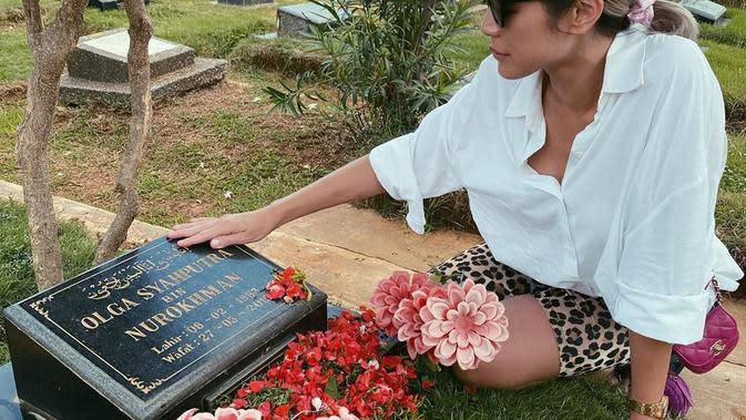 Jessica Iskandar menyempatkan diri untuk ziarah ke makam sahabatnya, Olga Syahputra.