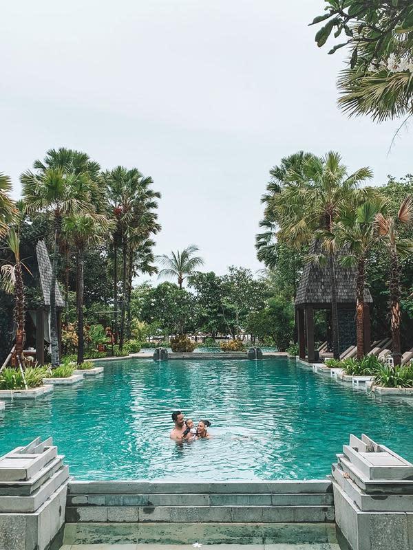 Whulandary Herman merayakan ulang tahun ke-2 pernikahan di hotel bintang lima di Bali. (dok. Instagram @whulandary/https://www.instagram.com/p/B8dERA1J8VZ/?igshid=1sew2exiijf1z)