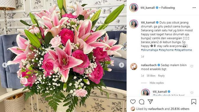 Titi Kamal senang melihat bunga-bunga yang indah. Wanginya yang semerbak membuatnya bahagia (Dok.Instagram/@titi_kamall/https://www.instagram.com/p/CAMVg7OpJQr/Komarudin)