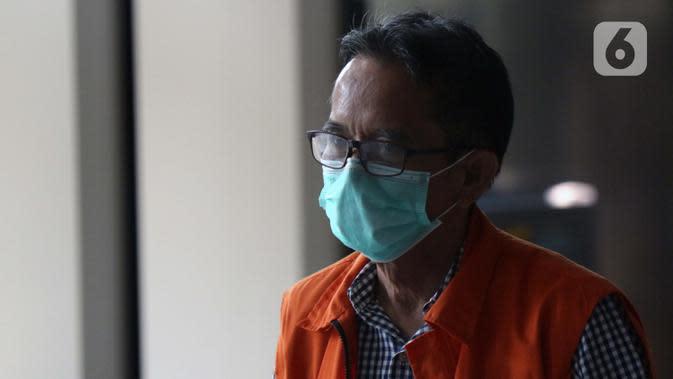 Mantan Direktur Utama PTDI, Budi Santoso bersiap meninggalkan Gedung KPK Jakarta, Senin (7/9/2020). KPK memperpanjang masa penahanan Direktur Utama PTDI, Budi Santoso. (Liputan6.com/Helmi Fithriansyah)