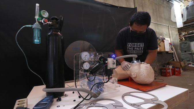 Anton Agusta melakukan uji coba ventilator buatannya di Bengkel Industri UMKM Agusta, Cidodol, Kebayoran Lama, Jakarta Selatan, Selasa (14/4/2020). Agusta membuat ventilator sederhana hasil belajar secara online dari Forum O2 yang berpusat di Kota Barcelona, Spanyol. (Liputan6.com/Angga Yuniar)