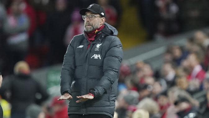 Pelatih Liverpool, Jurgen Klopp menginstruksikan pemainnya saat bertanding melawan Everton pada pertandingan babak ketiga Piala FA di Anfield, Inggris, Minggu (5/1/2019). Liverpool menang tipis atas Everton 1-0. (AP Photo/Jon Super)
