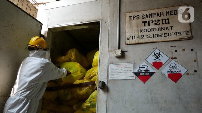 Petugas mengambil limbah medis di TPS untuk proses pembakaran ke incinerator di RSCM Jakarta, Jumat (26/6/2020). Menteri Lingkungan Hidup Siti Nurbaya Bakar menyebutkan volume limbah medis infeksius di seluruh Indonesia hingga 8 Juni 2020 mencapai lebih dari 1.100 ton. (Liputan6.com/Herman Zakharia)
