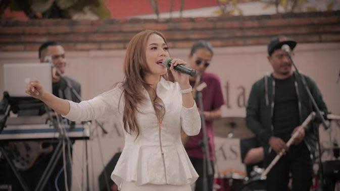 Ketika manggung pun, Dara nampak anggun dan menawan dengan setelan putih yang simpel. Penampilannya selalu percaya diri dan penuh pesona. (Liputan6.com/IG/@darafu.91).