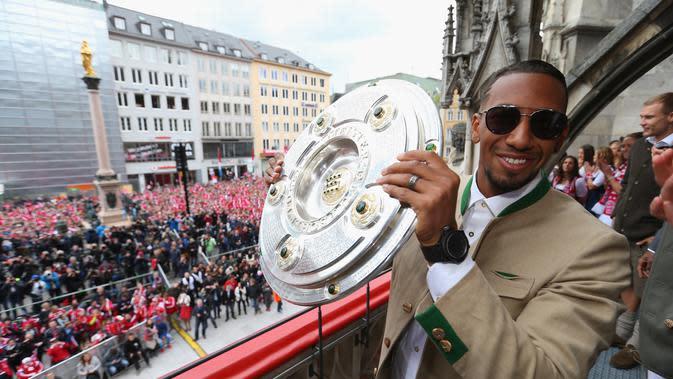 Jerome Boateng di acara perayaan juara Bayern Munchen menjadi jawara Bundesliga, di Marienplatz, Munchen (15/5/2016). Boateng terpilih sebagai Pemain Terbaik Jerman 2016. (EPA/Alexander Hassenstein)