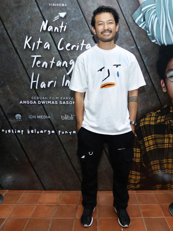 Rio Dewanto, si Mas Angkasa yang selalu menjaga adik-adiknya (Aurora dan Awan) juga datang di acara syukuran satu juta penonton film NKCTHI. (Bambang E.Ros/Fimela.com)