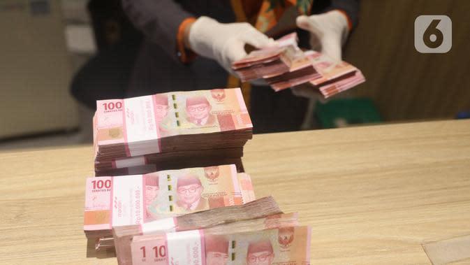 Teller menghitung mata uang Rupiah di Jakarta, Kamis (16/7/2020). Bank Indonesia mencatat nilai tukar Rupiah tetap terkendali sesuai dengan fundamental. (Liputan6.com/Angga Yuniar)
