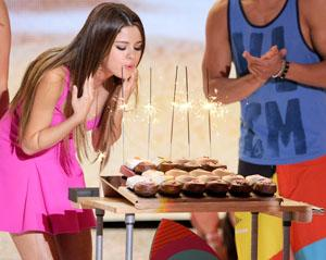 Selena Gomez's embarrassing 20th birthday moment at the Teen Choice Awards [Video]