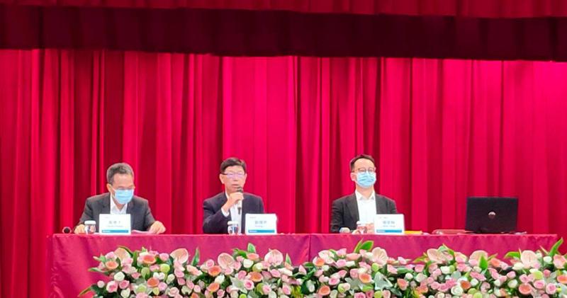 鴻海董事長劉揚偉在第2季法說會中說明零組件及半導體已經成為集團新兆元事業。(圖/胡華勝攝)