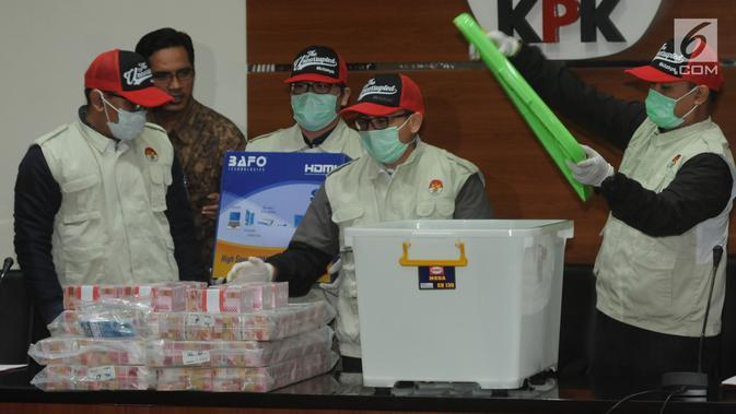 Penyidik menunjukkan barang bukti uang terkait Operasi Tangkap Tangan (OTT) pejabat Kemenpora di Gedung KPK, Jakarta, Rabu (19/12). KPK menetapkan lima tersangka dalam OTT terkait suap dana hibah dari Kemenpora ke KONI. (Merdeka.com/Dwi Narwoko)