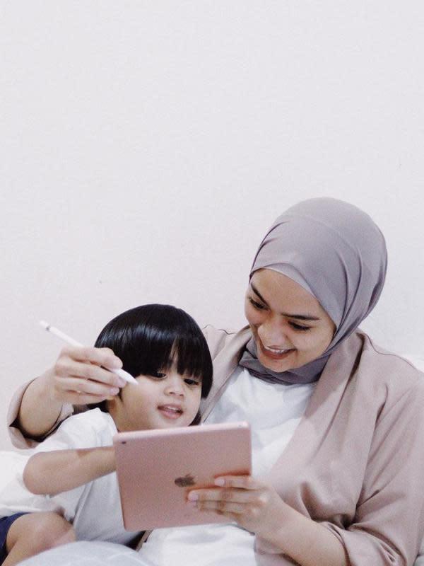 Ayudia Bing Slamet, sebagai ibu memang selalu aktif mengajarkan Dia Sekala Bumi yang beranjak besar. Tak jarang melihat keduanya bersama dengan melakukan berbagai aktivitas menyenangkan. (Instagram/ayudiac)