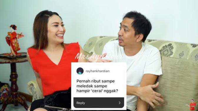 Salah satu pertanyaan netizen yang menanyakan pernah ribut sampai hampir cerai tidak. Membaca pertanyaan tersebut, Ayu Dewi tertawa lepas, sedangkan sang suami menanyakan apa mau di jawab jujur atau tidak. (Youtube/MrsAyuDewi)