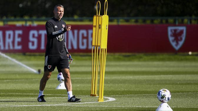 Pelatih Timnas Wales, Ryan Giggs, saat memimpin sesi latihan jelang laga UEFA Nations League di Hensol, South Wales, Senin (31/8/2020). Wales akan berhadapan dengan Finlandia. (AFP/Geoff Caddick)