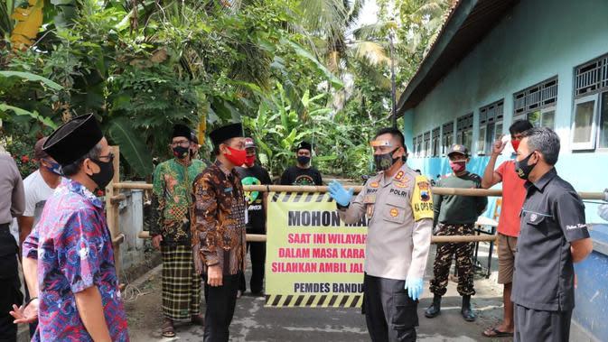Kapolres Kebumen menyerahkan bantuan sembako untuk Ponpes Nurul Hidayah yang dikarantina atau lockdown akibat Covid-19. (Foto: Liputan6.com/Humas Polres Kebumen)