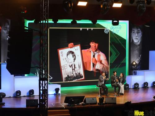 Displayed on screen: one of the photos taken during Lee Seung-gi's fan meeting in Malaysia seven years ago.